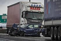 Několik kamionů a zhruba padesátka aut zůstala 8. února nabouraná po hromadné nehodě na Pražském okruhu.