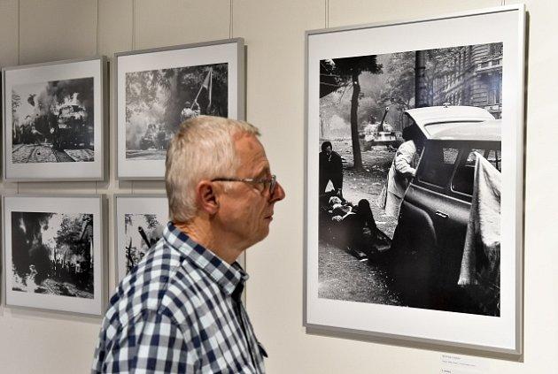 Na snímku vítězná fotografie nazvaná Raněný na nosítkách, autorem je Břetislav Hybler.