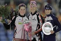 Česká rychlobrulařka Martina Sáblíková (vpravo) obsadila v konečném pohárovém hodnocení SP na 1500 m třetí místo. Triumf slaví Kristina Grovesová (uprostřed), druhá skončila Christine Nesbittová.