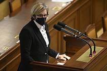 Mimořádná schůze Poslanecké sněmovny k novelám, které mají uzákonit sňatky homosexuálů, nebo naopak povýšit manželství muže a ženy, se konala 29. dubna 2021 v Praze. Na snímku je poslankyně hnutí ANO Karla Šlechtová.
