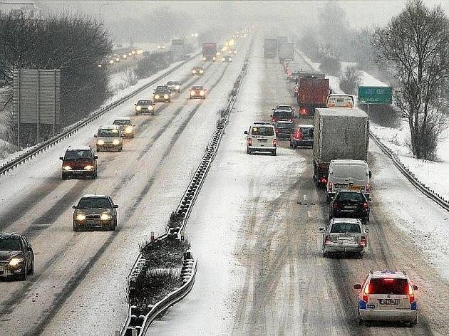 Většinu území České republiky zasáhla sněhová kalamita. Nejhorší situace byla na Moravě. Hlavní silniční tahy byly na několika místech zcela neprůjezdné. Na Jihlavsku zemřel muž při odklízení sněhu.