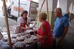 Prodej chodských koláčů na náměstí v Domažlicích