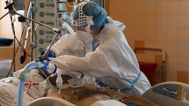 Oddělení na klinice anesteziologie, resuscitace a intenzivní medicíny ve Všeobecné fakultní nemocnici v Praze, kde ošetřují pacienty s koronavirem. Snímek z 12. října 2020