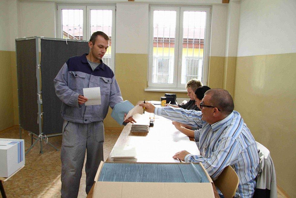 """Svůj hlas přišli odevzdat i voliči ve věznici Vykmanov. """"V posledních volbách jsme měli volební účast kolem 70 procent voličů. Podobná bude podle nás i tentokrát,"""" řekla mluvčí vykmanovského vězení Zdeňka Stöckbauerová."""