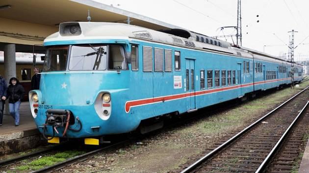 """Elektrický vlak 451 pantograf zvaný """"žabotlam""""."""