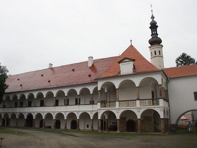 Arkády oslavanského zámku mají přes sto sloupů.
