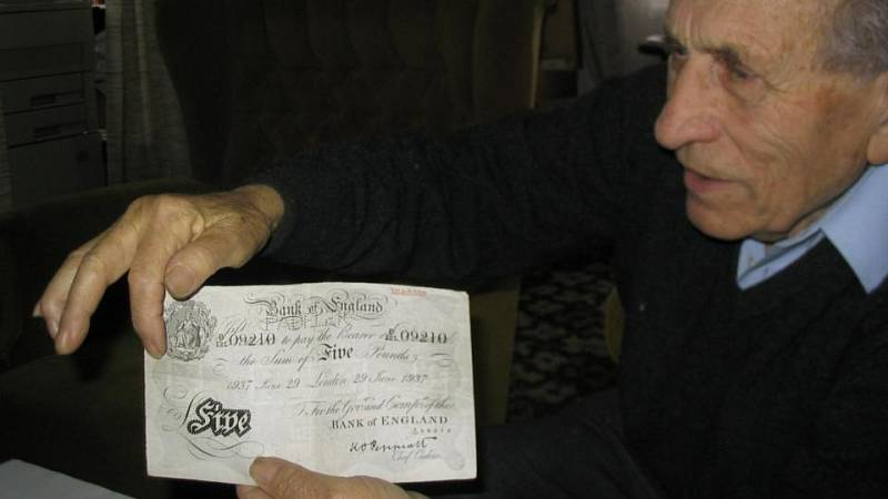 Adolf Burger s falešnou bankovkou