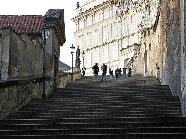 Nové zámecké schody v horní části Thunovské ulice na Malé Straně.