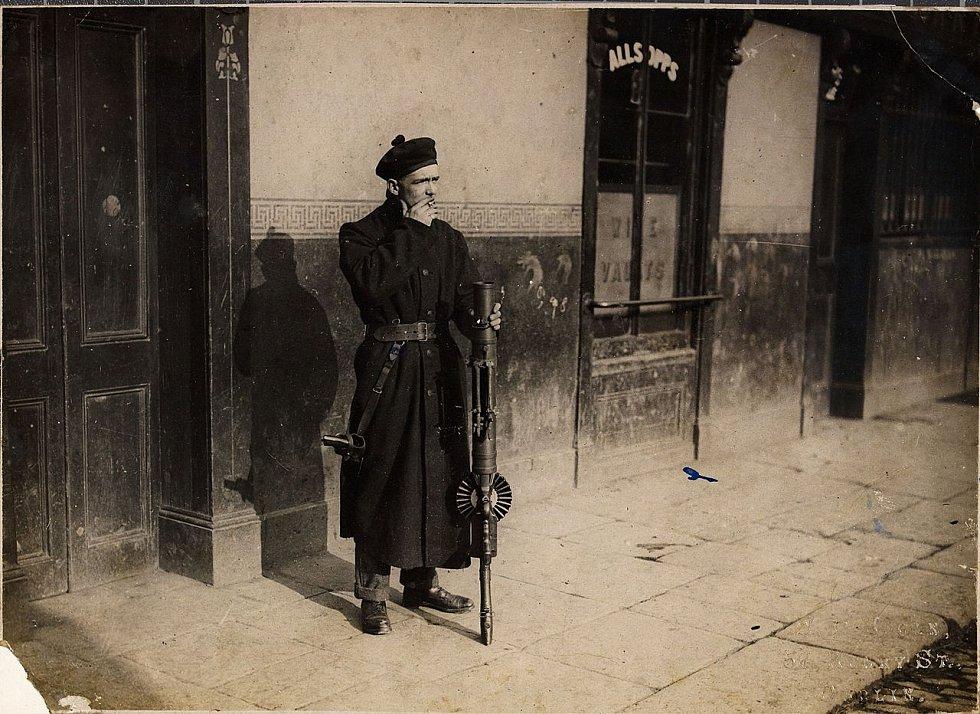 Takzvaný černohnědý, neboli příslušník britské policie, asistující během Irské války za nezávislost Irskému královskému policejnímu sboru. V ruce drží kulomet Lewis. Černohnědí se jim přezdívalo kvůli improvizovaným uniformám