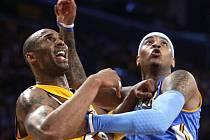 Největší hvězdy týmů Lakers a Nuggets Kobe Bryant (vlevo) a Carmelo Anthony ve vzájemném souboji.