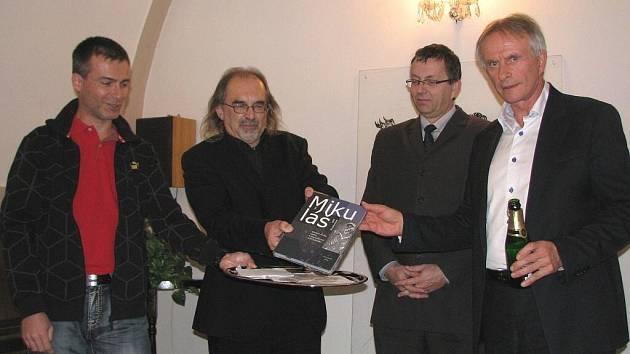 PRO KŘEST KNIHY Sv. Mikuláš si autoři Vladislav Podracký a Jiří Klsák (zleva) vybrali v Sokolově dva kmotry – Františka Štěpánka a Karla Jakobce (zprava).