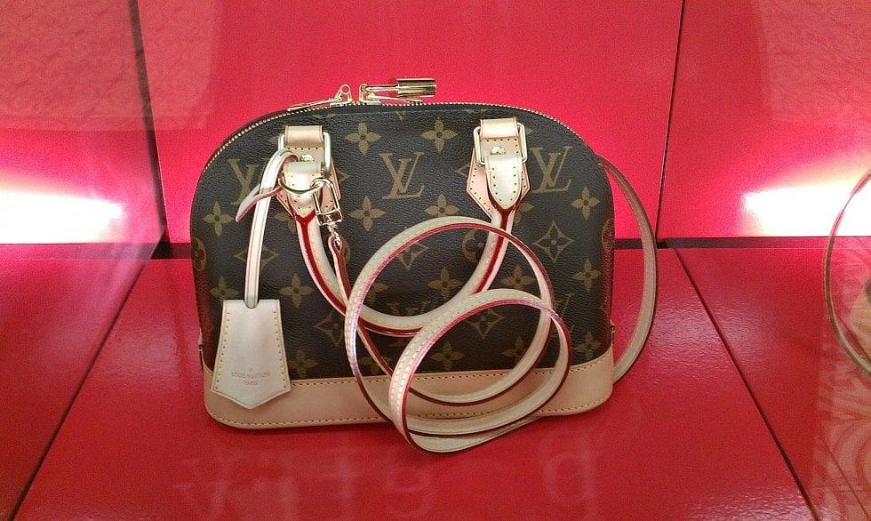 Kabelka značky Louis Vuitton s ikonickým potiskem, který navrhl syn Louise Vuittona Georges několik let po otcově smrti.