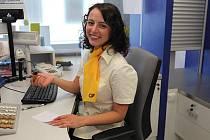 Česká pošta představila nové uniformy svých zaměstnanců.