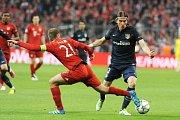 Philipp Lahm (FC Bayern Muenchen) v souboji s Filipe Luisem.