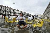 Povodeň vysoká jeden metr dnes překvapila turisty a obyvatele Benátek, kteří byli nuceni se brodit například náměstím svatého Marka.