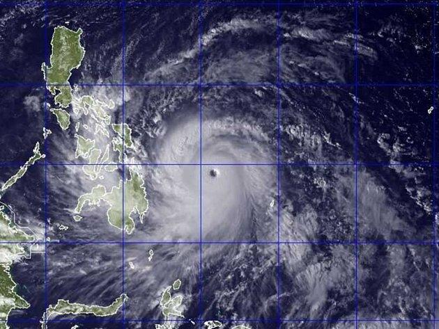Tajfun Haiyan provázejí větry o rychlosti 215 kilometrů za hodinu, v nárazech až 250 kilometrů za hodinu. Ještě předtím, než v pátek pronikne na filipínské ostrovy, by tajfun mohl nad Tichým oceánem nabrat sílu.