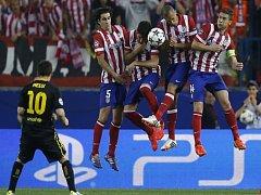 Lionel Messi z Barcelony (vlevo) pálí fotbalistů Atlétika Madrid.