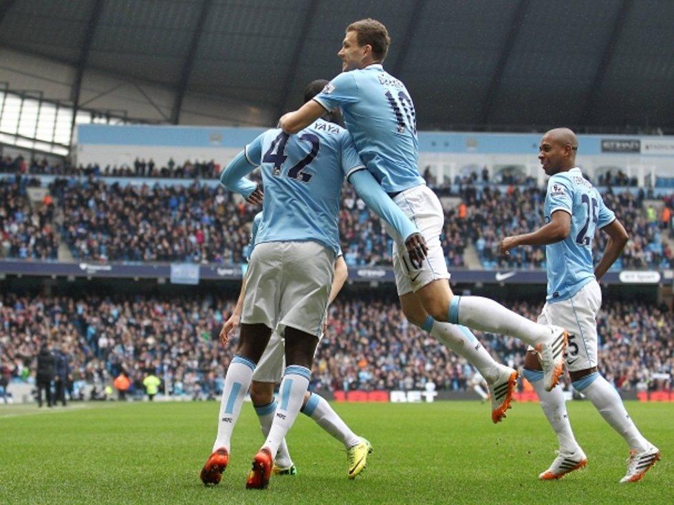 Fotbalisté Manchesteru City Yaya Touré (vlevo) a Edin Džeko (uprostřed) se radují z gólu proti Southamptonu.