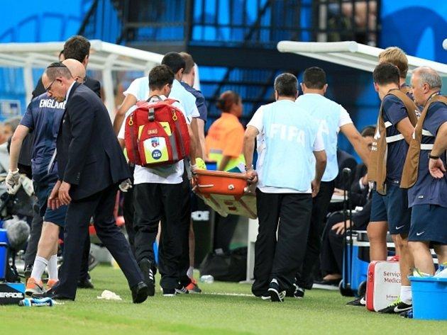 Fyzioterapeut Anglie Gary Lewin si při oslavě gólu poranil kotník.