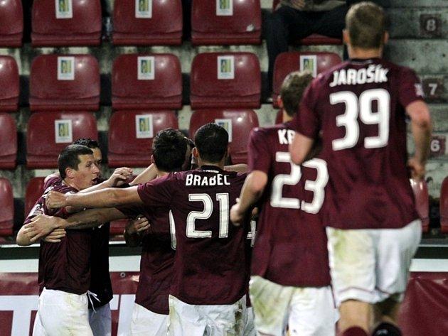 Fotbalisté Sparty se radují z gólu.