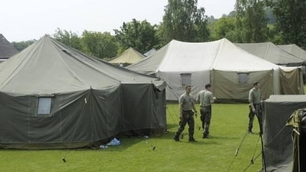 V Zahořanech u Křešic na Litoměřicku stavěli 9. června vojáci stanové městečko pro dobrovolníky, kteří budou pomáhat s odstraňováním povodňových škod.
