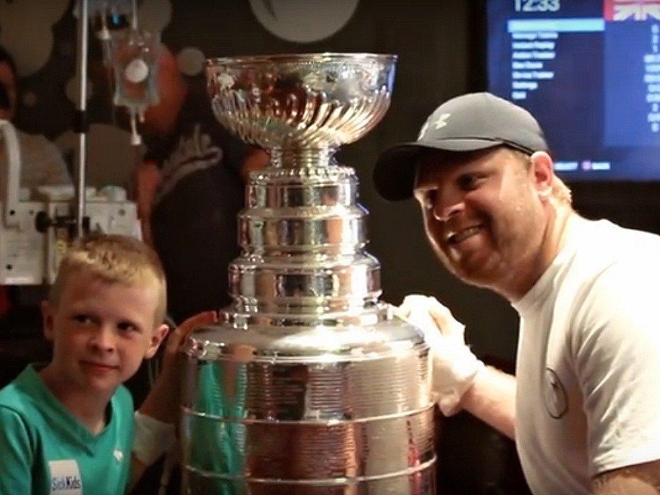 Phil Kessel se o radost ze Stanley Cupu se podělil s dětmi z nemocnice SickKids v Torontu.
