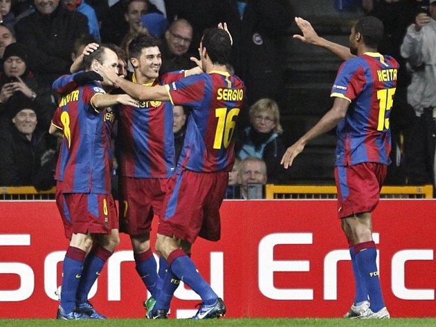 Fotbalisté Barcelony (zleva) Andrés Iniesta, Lionel Messi, David Villa, Sergio Busquets a Seydou Kieta se radují z gólu.