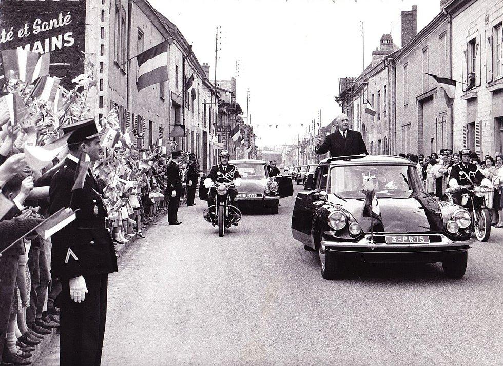 Prezident de Gaulle i přes varování a pokusy o atentát jezdíval často v otevřeném voze