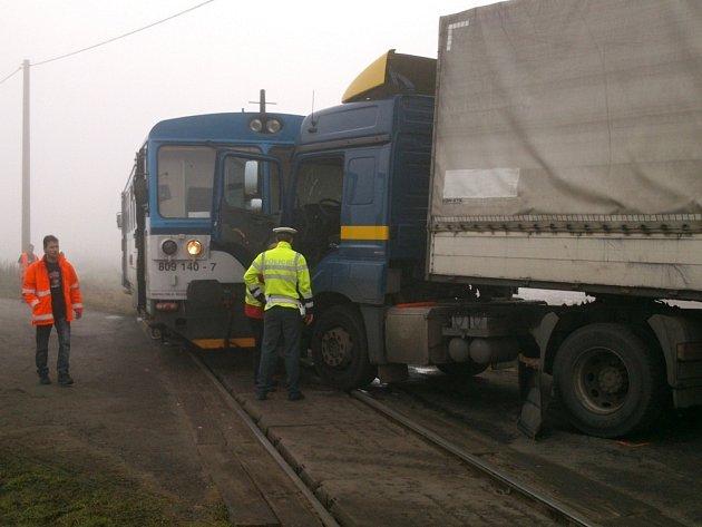 U Brandýsa nad Labem se střetl osobní vlak (Čelákovice – Neratovice) s kamionem. Nehoda se udála na železničním přejezdu zabezpečeném pouze výstražnými kříži.