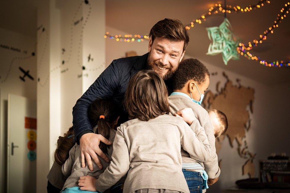 Vratislav Nejedlý se svými žáky ve škole