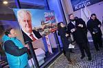 Před budovou se také před začátkem shromažďovali příznivci obou kandidátů.