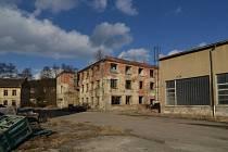 V areálu továrny v Brněnci zaměstnával na konci druhé světové války Oskar Schindler židovské dělníky.