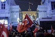 Turci protestovali v Istanbulu před nizozemskou ambasádou.