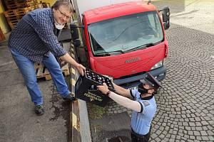 Vrchní inspektor Jaroslav Bican přebírá pivo.