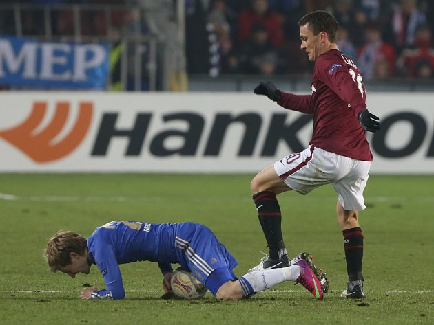 David Lafata ze Sparty (vpravo) proti Chelsea.