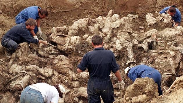 Mezinárodní experti odkrývají desítky těl v jednom z mnoha masových hrobů v okolí Srebrenice. (Ilustrační snímek)