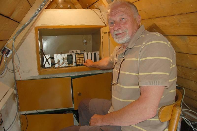 V seismické stanici jsou přístroje, které pravidelně kontroluje technik seismické služby geofyzikálního ústavu Petr Jedlička.