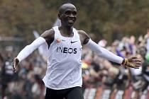 Keňan Eliud Kipchoge dokázal jako první vytrvalec v historii uběhnout maraton pod dvě hodiny.