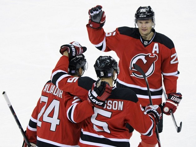 Adam Larsson (s číslem 5) a radost New Jersey