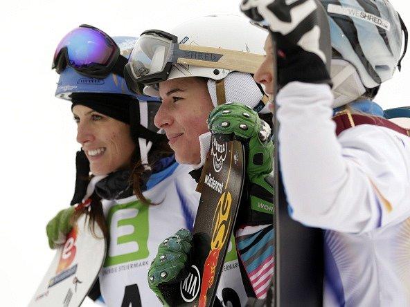 Ester Ledecká (uprostřed) pózuje fotografům