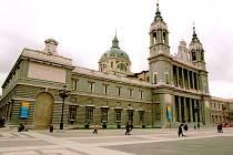 EXKLUZIVNÍ MÍSTO. V katedrále Panny Almudénské, před níž se budou koledy zpívat, měl svatbu i španělský královský pár.
