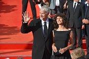 Americký herec, režisér, producent a hudebník Tim Robbins s partnerkou Gratielou Brancusiovou přicházejí 29. června 2018 po červeném koberci do hotelu Thermal na zahájení 53. ročníku filmového festivalu v Karlových Varech.