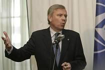 Generálnímu tajemníkovi NATO Jaapu de Hoop Schefferovi (na archivním snímku) je podle jeho vlastních slov zatěžko strávit ruskou přítomnost v Gruzii.