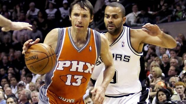 Ilustrační foto - Steve Nash z Phoenixu uniká v úvodním kole play off NBA Tonymu Parkerovi ze San Jose.