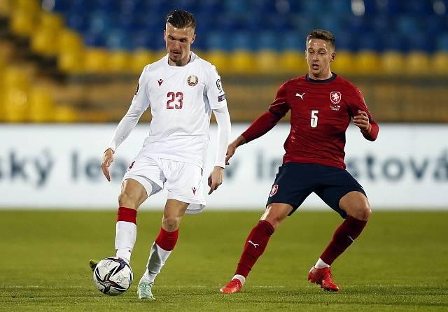 Čeští fotbalisté se utkali v Kazani s Běloruskem. Na snímku Dmitrij Antilevskij a Tomáš Wiesner.