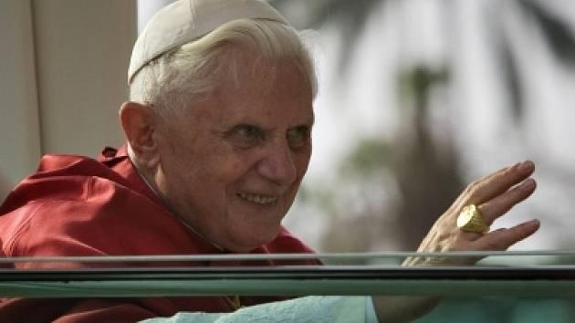 Papež Benedikt XVI. kyne věřícím.