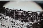 Stavba železničního viaduktu v Perninku (fotografie informační tabule).
