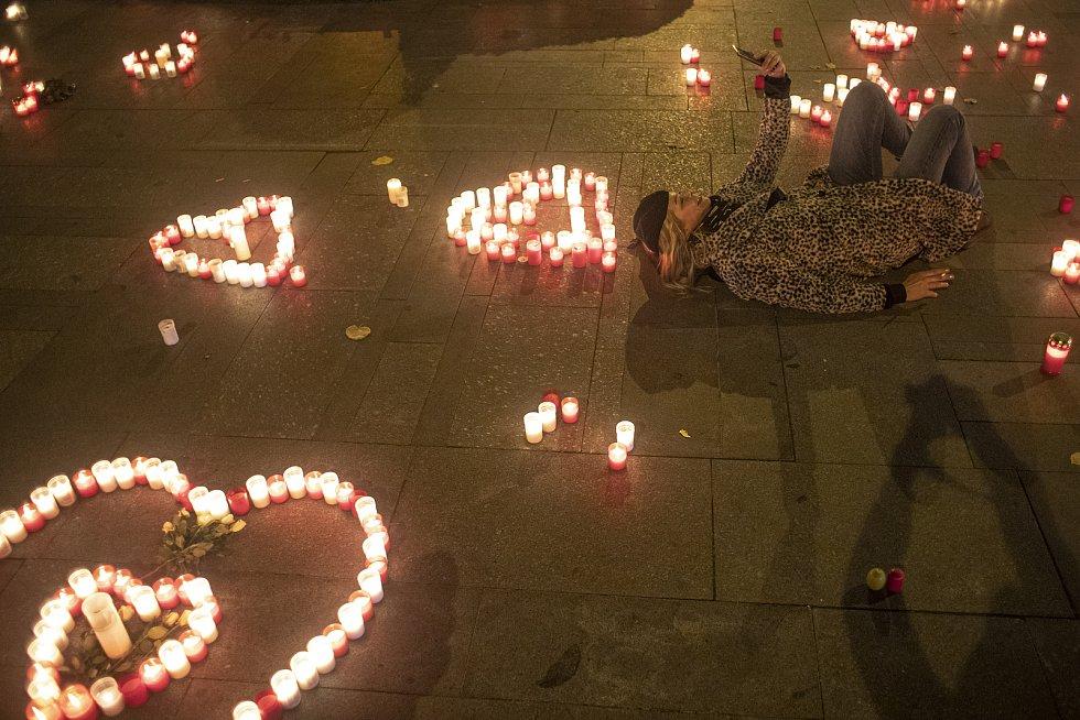 Lidé zapalovali svíčky na Václavském náměstí u příležitosti 31. výročí Sametové revoluce v Praze 17. listopadu.