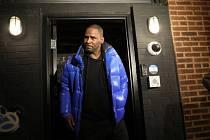 Americký hudebník R. Kelly byl obviněn ze sexuálního násilí a je ve vazbě