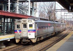 Muž ve vlaku v USA znásilnil ženu, cestující přihlíželi a točili si to na mobil